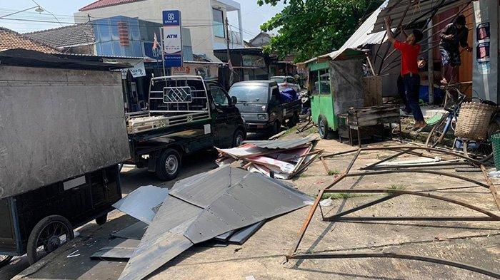 Kondisi Pasar Tuban Karanganyar Seusai Diterjang Angin Ribut, Pedagang Bersih - bersih