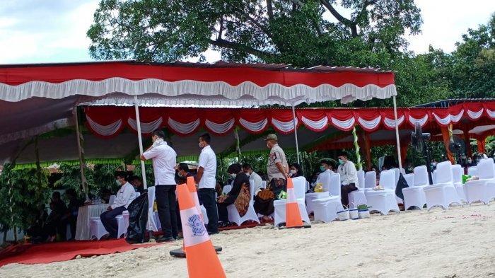 Tak Hanya di Rumah Duka, di Pemakaman Ibunda Jokowi Pelayat Juga Pakai Masker dan Duduk Jaga Jarak