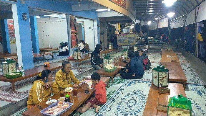 Libur Imlek, Pusat Kuliner di Jalanan Tawangmangu Diserbu Wisatawan, Banyak Plat Nomor Luar Kota