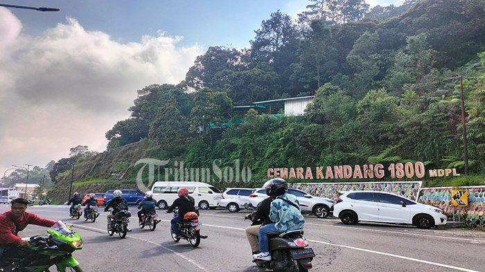 Tawangmangu Ramai Wisatawan di Tengah Corona Menggila : Parkir Resto Penuh dengan Motor & Mobil