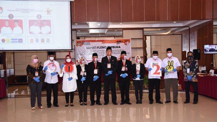 Komisioner KPU Sukoharjo saat foto bersama dengan EA dan Joswi di Hotel Tosan Solo Baru, Jalan Ir Soekarno, Kecamatan Grogol, Kabupaten Sukoharjo, Kamis (24/9/2020)