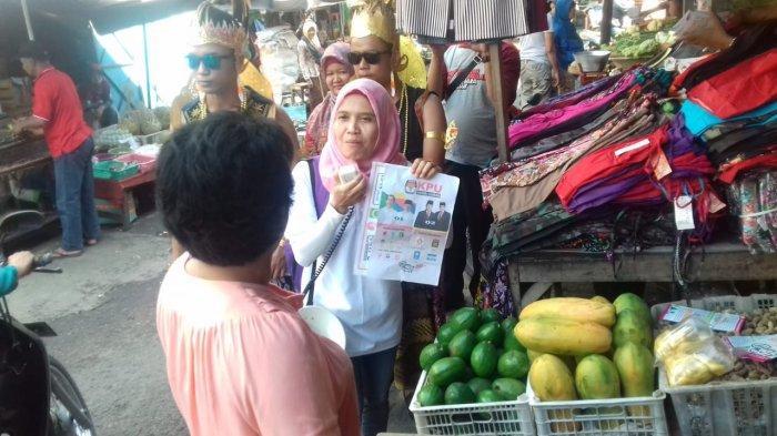 Kenakan Pakaian Wayang, KPUD Sukoharjo Blusukan ke Pasar Kartasura Sosialisasikan Pemilu 2019