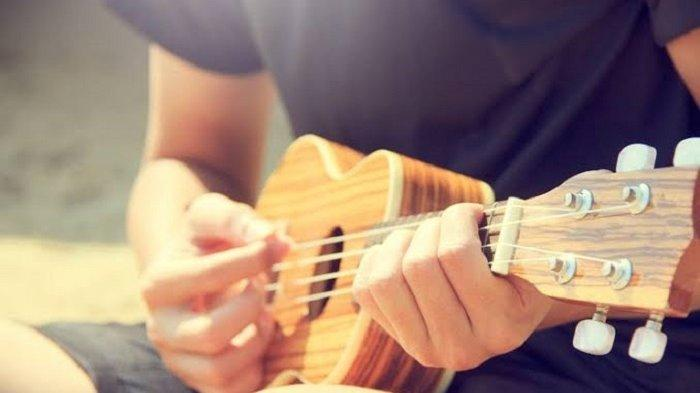 Chord Kunci Ukulele dan Lirik Lagu Hari Yang Sepi - Demayo Band, Sadar Aku Tak Mampu Menghilang