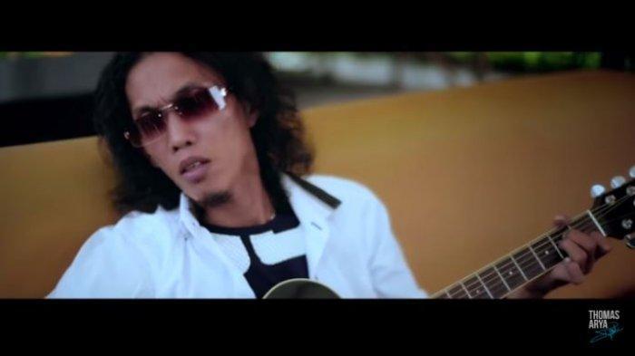 Chord Kunci Gitar dan Lirik Lagu Pujaan Insan Manja - Thomas Arya: Padamu Dewi Cinta