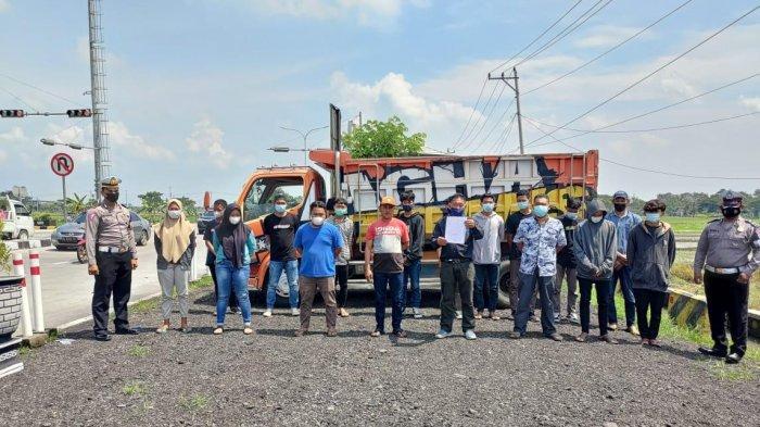 Para pelaku aksi kungkum di atas bak dump truk yang ditertibkan polisi.