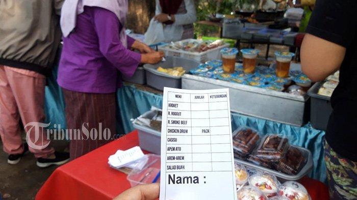 Jajan di Lapak Zaza Catering Manahan, Pembeli Harus Sabar, Pakai Nomor Antrean