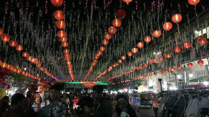 Ribuan lampion dipasang di kawasan Pasar Gede, Solo, Jawa Tengah, untuk menyambut perayaan Tahun Baru Imlek, Rabu (6/2/2019).