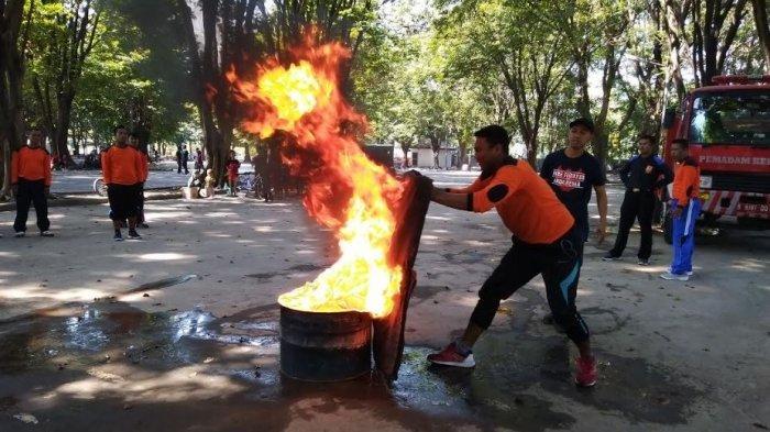 Puluhan Satpam Latihan Jinakkan Api di Manahan Solo