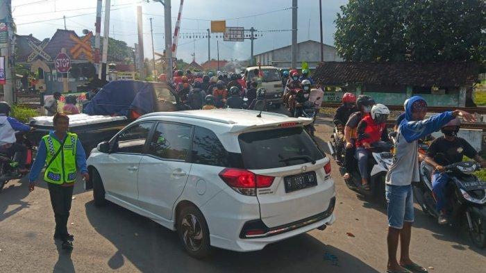 Jalan Perlintasan KA Mayang Gatak Macet Parah, Dampak Perbaikan Underpass Makamhaji, Mengular 1 Km
