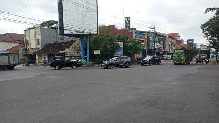 Mobil CRV Tabrak Ambulance Bawa Jenazah di Gajahan Solo, Tak Ada Korban, Mobil Ringsek dan Pecah Ban