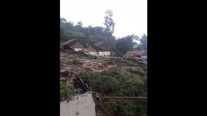 Bencana tanah longsor menimpa Dusun Bojong Kondang, Desa Cihanjuang, Kecamatan Cimanggung, Kabupaten Sumedang, Senin (9/1/2021) sore.