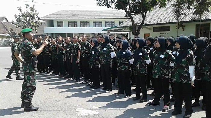 Mahasiswa baru Akademi Tekstil Surakarta (ATS) Tahun Akademik 2017/2018 mengikuti latihan bela negara di Makorem 074/Warastratama Surakarta, Rabu (13/9/2017).