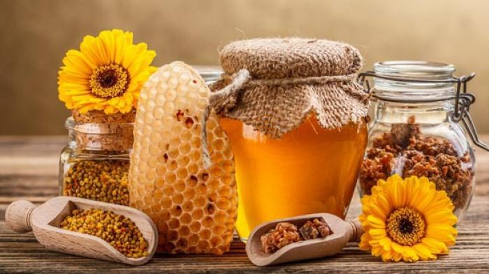 Madu adalah minuman alami yang selama ini dipercaya dapat menyehatkan tubuh kita. Hal ini disebabkan oleh adanya kandungan nutrisi yang kaya dalam madu