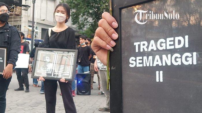 Bawa Gambar Munir dan KPK, Mahasiswa UNS Solo Peringati September Kelam