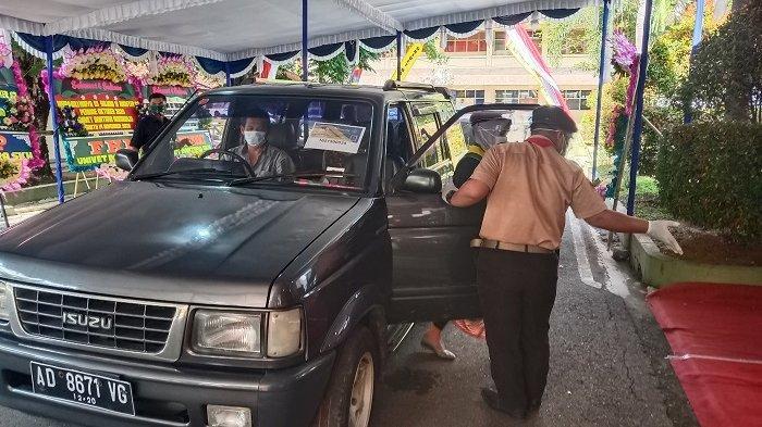 Momen Tak Terlupakan Wisuda Drive Thru : Turun Mobil, Pindah Tali Toga & Terima Ijazah 30 Detik