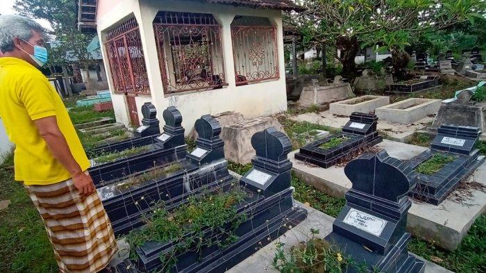 Juru kunci TPU Dusun Bendungan, Endang Anggoro Bangun menunjukkan makam yang dipindah dari kawasan pinggir anak sungai Kali Pepe, Senin (22/2/2021).