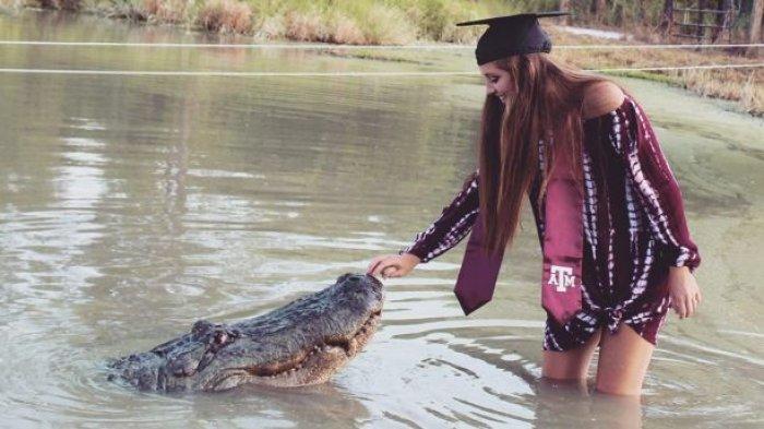 Seorang Mahasiswa di Texas Nekat Rayakan Kelulusan dengan Berfoto Bersama Buaya Sepanjang 4 Meter