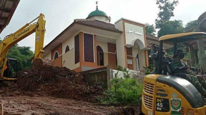 Kapolres Sumedang Lolos dari Longsor Susulan, Pecahkan Jendela Masjid dan Selamatkan 4 Nyawa