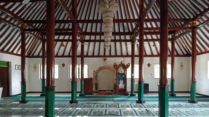 Bagian dalam Masjid Darussalam, sejarah perjuangan Pangeran Diponegoro saat melawan penjajah Belanda di Desa Gedunggudel, Tawangsari, Sukoharjo, Kamis (23/5/2019).