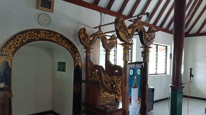 Bagian mimbar Masjid Darussalam, sejarah perjuangan Pangeran Diponegoro saat melawan penjajah Belanda di Desa Gedunggudel, Tawangsari, Sukoharjo, Kamis (23/5/2019).