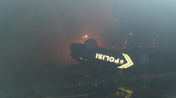 Laga PSIM Yogyakarta vs Persis Solo Ricuh, Massa Ngamuk Rusak Mobil Kepolisan hingga Terbalik