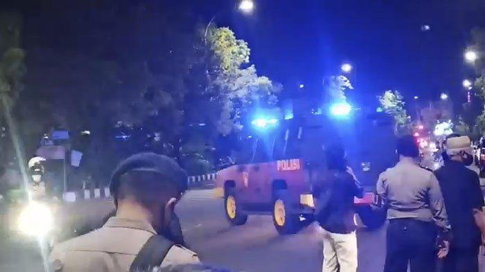BREAKING NEWS : Plaza Manahan Mencekam, Polisi Lepas Tembakan Peringatan Bubarkan Massa PSHT