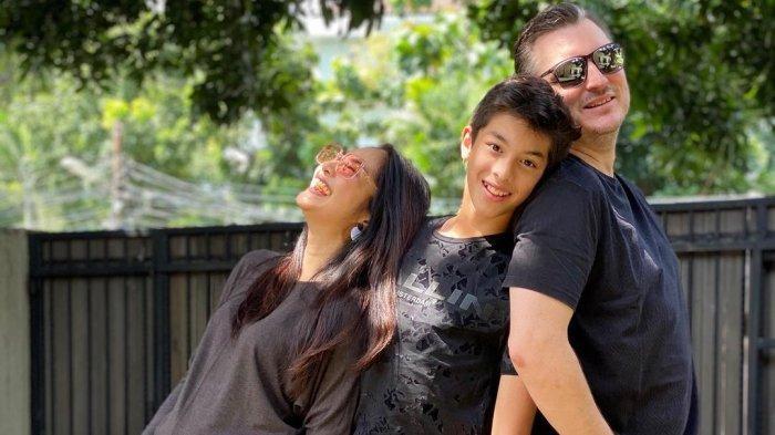Maudy Koesnaedi bersama suami dan anaknya.