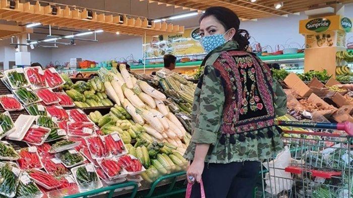 Gaya Elegan Mayangsari saat Belanja ke Supermarket, Tenteng Tas Mirip Kresek Harganya Rp 7,6 Juta