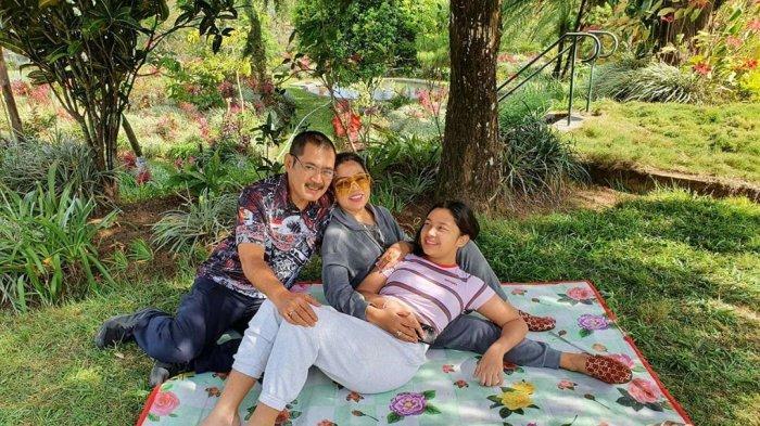 Mayangsari Pamerkan Potret Keharmonisan Rumah Tangganya, Bersantai di Taman dan Main Ayunan Bareng