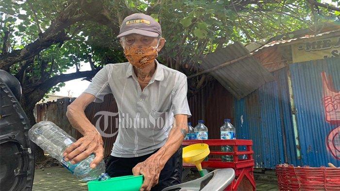 Mbah Widodo melayani pembeli di kawasan Fajar Indah, Jalan Adi Sucipto, Kecamatan Laweyan, Kota Solo.