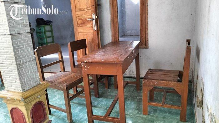 Pilunya Siswa SD di Sragen, Terpaksa Belajar di Teras Mushola karena Atap Sekolah Ambrol