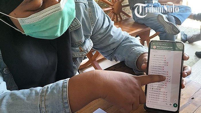 Member sekaligus korban arisan online di Boyolali memberikan keterangan pada wartawan.
