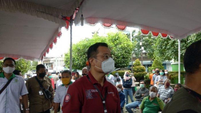 Menteri Sosial Republik Indonesia, Juliari P Batubara meninjau penyaluran BST di Kelurahan Jagalan, Kecamatan Jebres, Kota Solo, Kamis (21/5/2020)