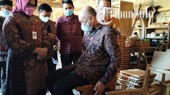 Menteri Koperasi dan UKM RI, Teten Masduki mengunjungi Mardi Mebel di Karang Jati, Kecamatan Kalijambe, Kabupaten Sragen, Selasa (28/9/2021).