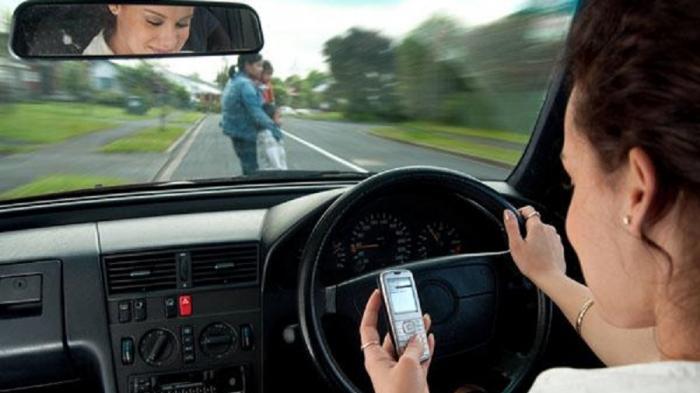 Sedetik Saja Bermain Ponsel Saat Mengemudi Bisa Berakibat Fatal. Simak Videonya