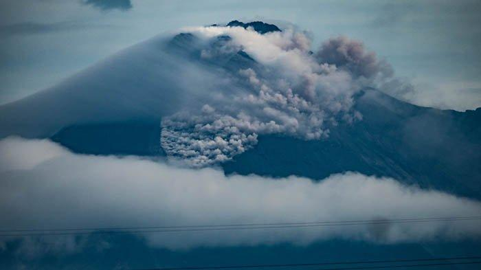Gunung Merapi mengalami erupsi besar pada Rabu (27/1/2021). Mengeluarkan guguran dan letusan awan panas. Foto diambil dari Bantul.