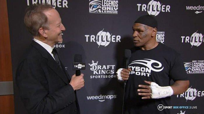 Penampilan Mike Tyson Beberapa Jam Sebelum Naik Ring Lagi, Tetap Pakai Kupluk Haji Warna Hitam