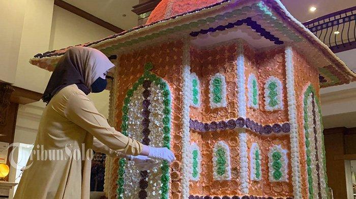 Hotel di Solo Buat Miniatur Masjid dari Rengginang Warna - warni, Begini Potretnya