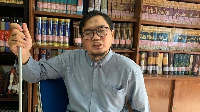 Cerita Misbah, Imam Muda Masjid UNS : Tak Bisa Melihat, Andalkan Telinga Hingga Bisa Hafiz Quran