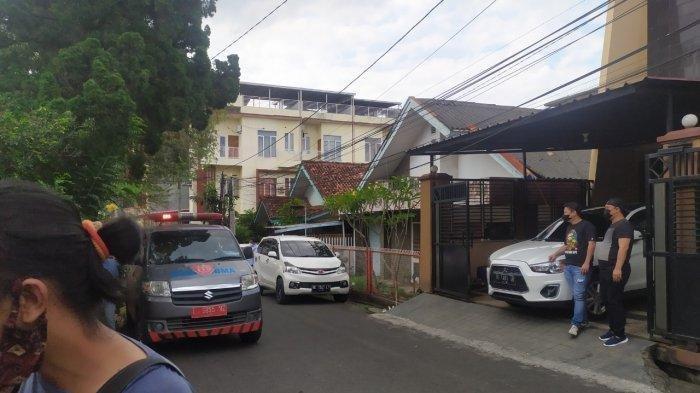 Mobil ambulans tiba di rumah Heriyanti anak Akidi Tio.