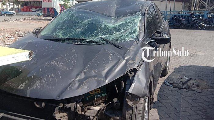 Mobil Honda HR-V Terbalik di Kawasan Pasar Nongko Solo, Kaca Pecah dan Bodi Ringsek