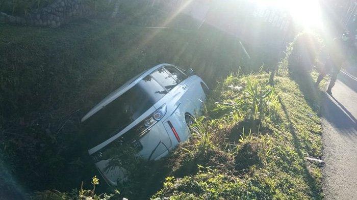 Kecelakaan Tunggal di Tawangmangu, Mobil Mazda Biante Putih Terperosok ke Selokan, Sopir Selamat