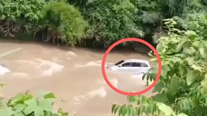 Hindari Gundukan Pasir, Mini Bus Terjun ke Sungai di Tanah Datar, Sopir dan Penumpang Selamat