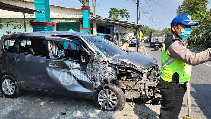 Gagal Nyalip, Suzuki Ertiga Remuk Adu Banteng dengan Truk Isuzu di Klaten, Sopir Nyaris Terjepit