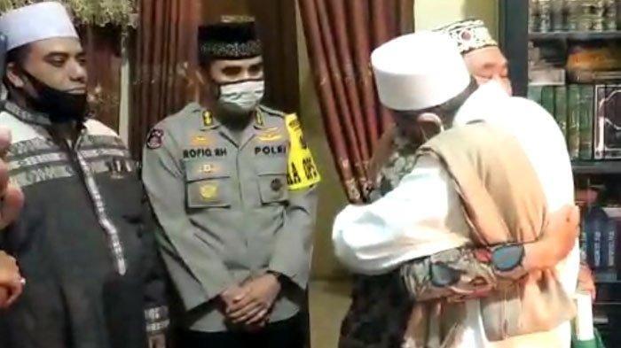 Berakhir Damai, Inilah Momen Haru Habib Umar Assegaf Peluk Asmadi Satpol PP hingga Mengajaknya Umroh
