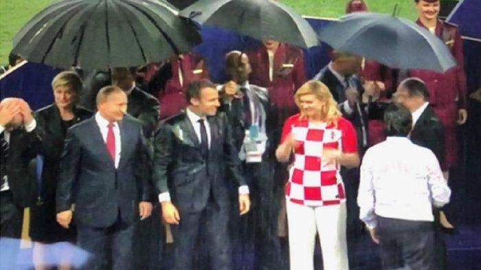 Momen Vladimir Putin Dipayungi Lebih Dulu saat Sesi Penyerahan Trofi Piala Dunia