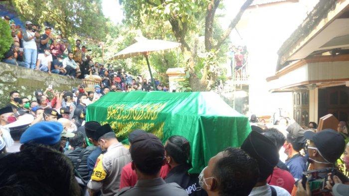 Foto-foto Ratusan Pelayat dan Sobat Ambyar Antar Jenazah Didi Kempot ke Pemakaman Ngawi Jatim