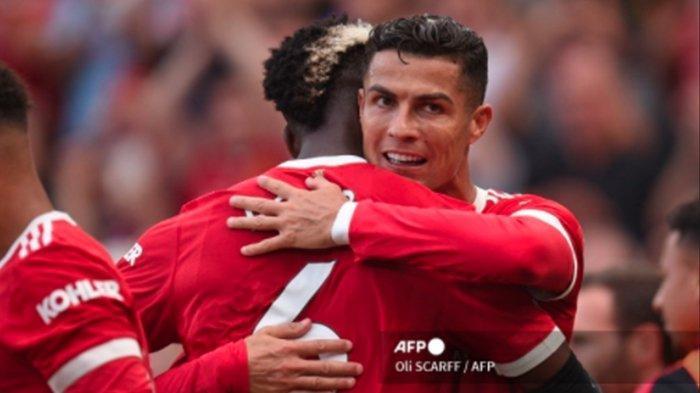 Striker Manchester United Portugal Cristiano Ronaldo (kanan) merayakan dengan gelandang Manchester United Prancis Paul Pogba (kanan) setelah mencetak gol kedua mereka selama pertandingan sepak bola Liga Premier Inggris antara Manchester United dan Newcastle di Old Trafford di Manchester, barat laut Inggris, pada (11/9/2021).