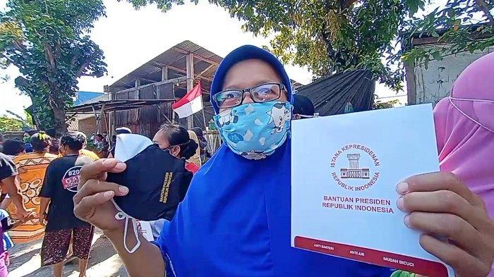 Setelah Nyekar Jokowi Bagikan Masker hingga Bingkisan, Warga Doakan Presiden : Semoga Sehat Selalu