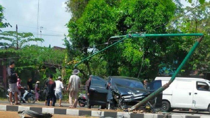 BREAKING NEWS : Hari Pertama Larangan Mudik, Mobil Tabrak Tiang Listrik di Jalan Raya Solo-Ngawi